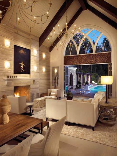 这张斜顶客厅装修效果图中,客厅的斜顶采用了木制房顶,搭配上 欧式的