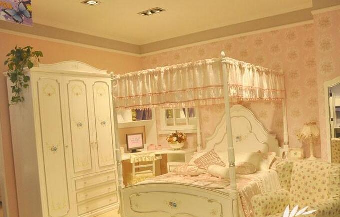 设计儿童公主房间 让你的女儿成为小公主 导语:小编发现只要一说起公主,大家就能想到各种梦幻的颜色,例如粉红色、粉蓝色等等。而儿童公主房间,也主要是以这些颜色为主,不仅能够给小孩子和父母带来愉悦的心情,同时也能让孩子置身于童话般的世界,满足天真无邪的幻想。  碎花的墙纸搭配碎花的布帘,再加上立体的碎花图案,尽显女孩的清新气息。并且,房间的主色调是白色,不仅显现出儿童的干净纯洁,同时也符合简约大方的审美。  主色调,是颜色较为抢眼的枚红色,搭配同色系的格子被褥和窗帘,利用格子时尚元素互相呼应。另外,碎花的墙纸