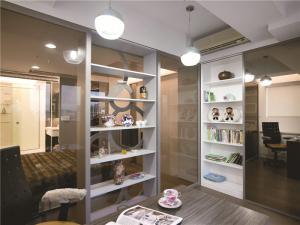 玻璃隔断现代简约书房装修