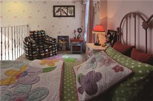 主卧室的床跃层卧室