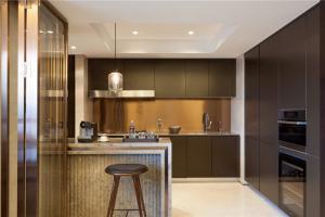 现代不锈钢厨房橱柜实景图