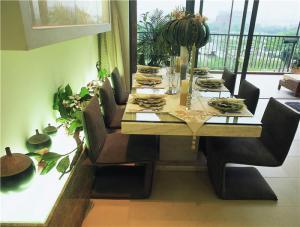 家用餐桌餐椅摆放