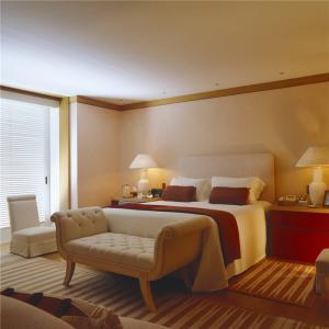 主卧室的床装饰柜