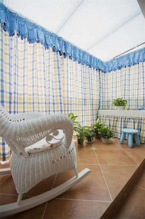 格子窗帘客厅阳台装修效果
