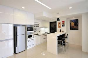 白色开放式厨房橱柜